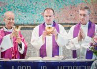 Kardinal (damals Bischof) John Tong, Pfarrer Christian Becker und Msgr. Peter Lang